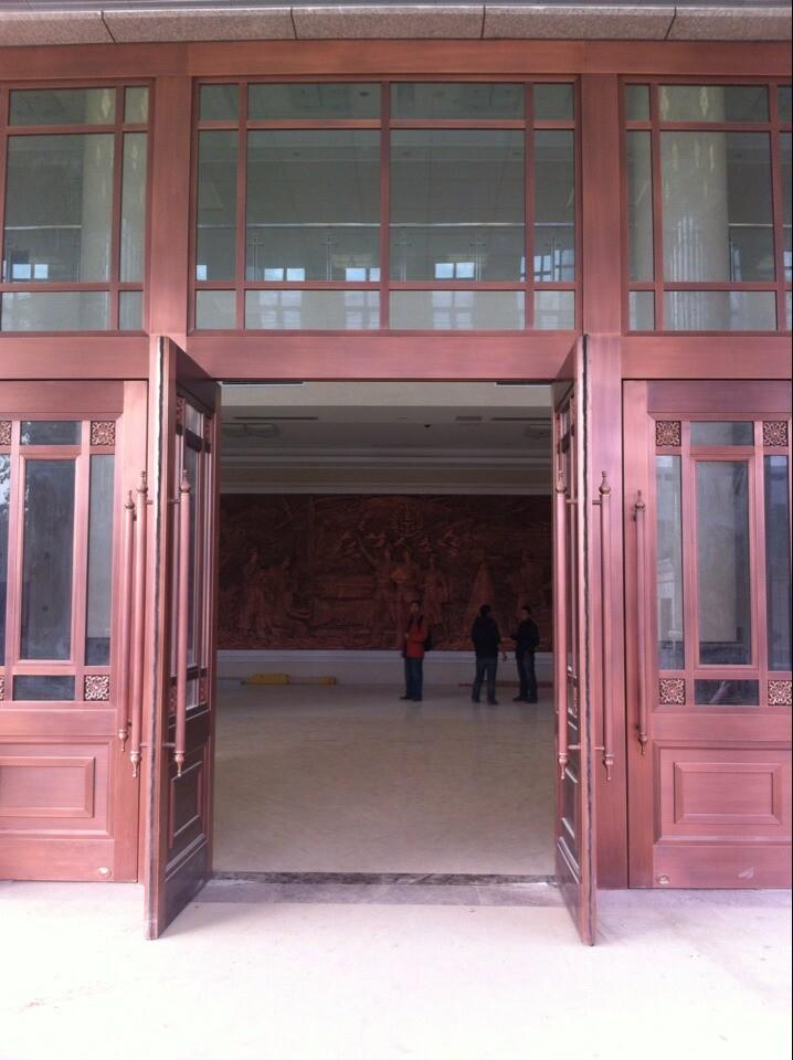 铜门的内部为钢结构骨架,外部包裹加工好的铜面板型材.