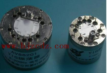 振荡器利用装在薄膜振荡电路上的低噪声微波双极性晶体管或者场效应管